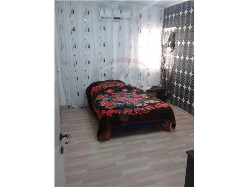 חדר שינה משופץ עם פרקט