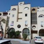 למכירה בברנע,רח' אריה בן אליעזר,דירת 3.5 חדרים .דירה מרווחת ומשופצת,מזגן בכל חדר ,קומה 1 מתוך 3 .חנייה פרטית,כניסה מיידית! מחיר אטרקטיבי!