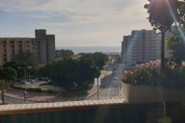 למכירה ברח' הטייסים המבוקש,דירת 4 חד' מרווחת עם מרפסת מול הים ומרחק הליכה מהחוף. חנייה כפולה פרטית מקורה.