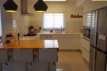 למכירה בברנע,רח' קדש,פנטהאוז מושקע 5 חדרים .3 מרפסות,מחסן פרטי .חנייה כפולה,מעלית שבת .לפרטים:052-8782777,מיכאל מסטר,Re/max for all