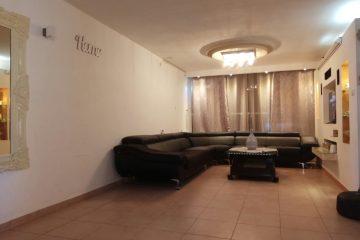 """בשד' מונטיפיורי, דירת 4 חד' מושקעת,106 מ""""ר עם מזגן בכל חדר.קומה 2 מתוך 4,בניין מטופח במיקום מצוין.מחיר:1080000 ש""""ח."""