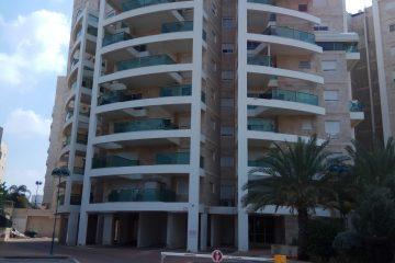 """למכירה ברח' הטייסים המבוקש,דירת 4 חד' מסודרת עם ממ""""ד ומרפסת שמש 11 מ""""ר.קומה 4 מתוך 9,בניין מטופח עם 2 מעליות. מרחק הליכה מהים!"""