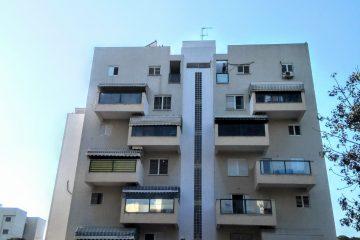 """למכירה בנווה דקלים,דירת 2 חד' משופצת עם ממ""""ד,מרפסת שמש ומעלית. מיזוג מיני מרכזי,קומה 3 מתוך 6. בניין  מטופח במיקום אטרקטיבי."""