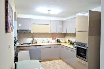 למכירה ברח' שפירא,דירת 3 חד' מושקעת .מזגן בכל חדר .קומה 2 מתוך 4 ,חנייה בשפע,מרחק הליכה מהים!