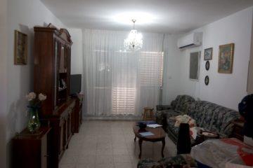 """בנווה דקלים,רח' יהדות ספרד,דירת 4 חדרים עם מרפסת שמש בקומה 2 מתוך 2.מרווחת ומשופצת עם 3 מזגנים חדשים,מקלחת ושירותים חדשים גם.חנייה פרטית,בניין מטופח במיקום מרכזי ונוח.מחיר:930000 ש""""ח"""