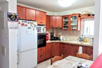 """למכירה בנווה אילן המבוקשת,דירת 4 חד' עם ממ""""ד,מרפסת שמש ומעלית.יח' הורים מרווחת,מיזוג מיני מרכזי.קומה 4 מתוך 8.רק 2 דיירים בקומה,חנייה פרטית."""