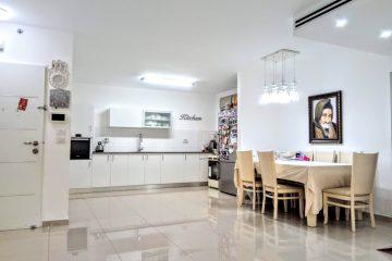 """למכירה באפרידר המבוקשת,ברח' יורם ורון ,דירת 4 חד' יפה ומרווחת במיוחד,120 מ""""ר ,קומה 3 מתוך 14 .חנייה פרטית,מיקום שקט ומרכזי.בניין יוקרתי בן 3 שנים בלבד!"""